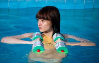Женщины у бассейна, трансы долбят девок